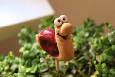 Lustige Figur für das Beet, den Balkonkasten oder den Blumenkübel.  Das Schnecklein hat im Boden ein Loch, in dem ein Stab befestigt werden kann so dass es als Gartenstecker verwendet werden kann...