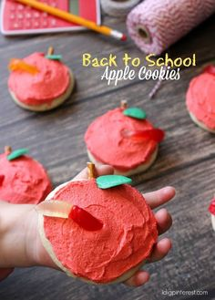 Back to School Apple Sugar Cookies . Surprise the kids on their first day back at school with these fun and cute Apple Sugar Cookies with a yummy gummy worm candy! Easy Cookie Recipes, Easy Desserts, Delicious Desserts, Dessert Recipes, Bar Recipes, Sweet Desserts, Cheesecake Recipes, Recipes Dinner, Dessert Ideas