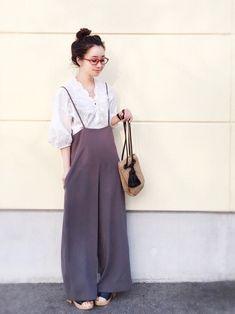 陽さんの「綿ローンスカラ刺繍Vネックシャツ(mysty woman)」を使ったコーディネート