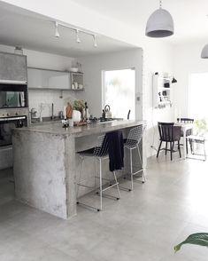 """1,698 curtidas, 23 comentários - by Pati, Da Casa da Pati. (@dacasadapati) no Instagram: """"Casinha limpa e perfumada (pra quem votou no """"🍦"""" ;). Se vier a chuvinha prevista fica melhor ainda…"""" Beautiful Kitchen Designs, Beautiful Kitchens, Modern Kitchen Cabinets, Kitchen Decor, Küchen Design, House Design, Outdoor Kitchen Bars, Sweet Home, Concrete Kitchen"""