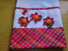 50 Ideias de Panos de Prato Artesanais Patch Quilt, Printable Stickers, Planner Stickers, Folding Fitted Sheets, Quilting Tips, Hello Autumn, Beautiful Crochet, Pin Cushions, Tea Towels