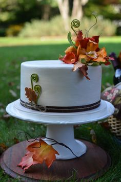 Birthday Cakes - Fall foliage cake with gum paste leaves and flowers. Chocolate cake with Bailey's buttercream. Fall Theme Cakes, Fall Cakes, Themed Cakes, Elegant Birthday Cakes, Birthday Cake Toppers, Cake Birthday, Cascading Wedding Bouquets, Flower Bouquet Wedding, Boquette Wedding