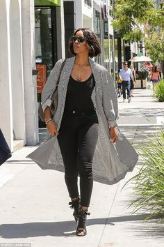 nowhollywood Kelly Rowland spotted in Beverly Hills on April 21 2017 Kelly Rowland Style, Fasion, Fashion Outfits, Jeans Fashion, Ootd Fashion, Girl Fashion, Fashion Trends, Black Women Fashion, Womens Fashion