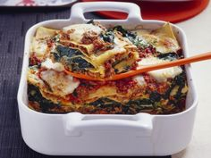 Lasagna with minced meat and spinach is a recipe with fresh ingredients from the lasagna category. Try this and other recipes from EAT SMARTER! Dutch Recipes, Italian Recipes, Gnocchi, Spinach Recipes, Healthy Recipes, Healthy Food, Good Food, Yummy Food, Tasty