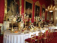 Table is set for elegant dinner at Buckingham Palace. Elegant Dining Room, Dining Room Design, Dining Room Table, Dining Rooms, Kitchen Dining, Formal Dinner, Banquet Tables, Christmas Table Settings, Buckingham Palace