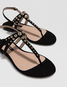 aa35e96a1 Sandalia plana tachas negra - Zapatos planos | Stradivarius Colombia.  Modelos De SapatosTênis LindosCalças FemininasCalçado FemininoSandálias ...