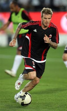 AC Milan ///David Beckham - love to watch him David Beckham Pictures, David Beckham Soccer, Mary Lou Retton, Bend It Like Beckham, Adidas Football, Sports Figures, World Of Sports, Ac Milan, Sport Man