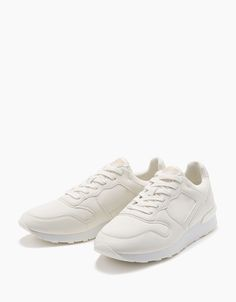 https://www.bershka.com/id/man/shoes/trainers/men's-lace-up-retro-sneakers-with-contrast-detail-c1010229597p100902071.html?colorId=001