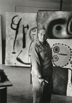 "Joan Miro por Henri Cartier Bresson en kvetchlandia Henri Cartier-Bresson Joan Miró 1953 ""I try to apply colors like words that shape poems, like notes that shape music. Jackson Pollock, Henri Cartier Bresson, Norman Rockwell, Artist Art, Artist At Work, Miro Artist, Famous Artists, Great Artists, Alberto Giacometti"
