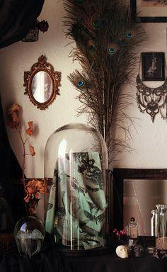 Hypnose, ronde envoutante et silencieuse de ces sphinx tête de mort, insectes princes nocturnes aux masques funèbres qui invitent à une douce somnolence... Foulard carré de soie délicat et léger, aux motifs noir et blanc sur un fond texturé aquarelle, en demi-teintes de gris-vert.[Acherontia ◈ Collection Insectarium]▶ Illustration entièrement réalisée à la main par la créatrice▶ Imprimé numériquement avec des encres à base d'eau, respectueuses de l'env...
