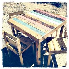 Table de jardin colorée en palette  http://www.homelisty.com/table-en-palette/