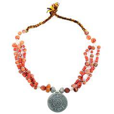 Ein klassisches Schmuckstück mit großem, ziseliertem Silberamulett. Nach alter Tradition sind hier Glasperlen in Korallenoptik und feine Silberkugeln auf eine Schurwollkordel aufgezogen. www.albena-shop.de Alter, Beaded Necklace, Jewelry, Moroccan Jewelry, Amulets, Apartment Kitchen, Glass Beads, String Of Pearls, Craft Items