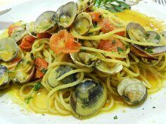 Gli spaghetti con arselle, pomodorini e zafferano sono un primo piatto dai sapori e profumi di Sardegna. Pasta, Personal Chef, Yummy Food, Nutrition, Ethnic Recipes, Estate, Miniature, Drink, Blog