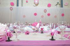 Mesa rosa con copas decoradas