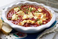 Expressauflauf mit Feta und Tomaten Rezept: Zwiebeln,Knoblauchzehen,Chilischote,Olivenöl,Stückchen,Oregano,Pfeffer,Zucker,Ouzo,Feta