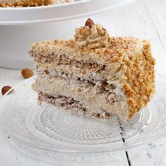 Mocha and Hazelnut Meringue Pie. De-li-ci-ous mocha and hazelnut meringue pie! It may seem a lot of work but it really isn't! With homemade hazelnut meringues. Pie Recipes, Baking Recipes, Sweet Recipes, Dessert Recipes, Desserts, Hazelnut Meringue, Meringue Pie, Paleo, Pie Dessert
