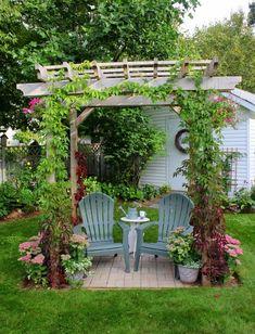 Istutuksin koristeltu patio kesäisiä teehetkiä varten.