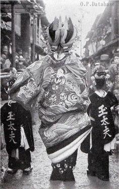 oiran in her courtesan parade with her kamuro Japanese History, Japanese Beauty, Japanese Fashion, Photos Du, Old Photos, Vintage Photos, Japanese Costume, Japanese Kimono, Geisha