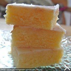 Zitronenkuchen mit Sauerrahm300 g Mehl 1 TL Backpulver 1 TL Natron 1 Prise(n) Salz 100 g Margarine 100 g Zucker 100 g Zucker, braun 4 Ei(er) 180 g Sauerrahm 1 Zitrone(n), unbehandelt, abgeriebene Schale und Saft Kuchenglasur