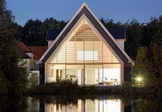Para esta casa en una iglesia el primer paso fue recuperar la estructura original a modo de hangar a orillas del río De Rotte en Rotterdam.