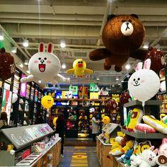 으힝 나 지금 또 #브라운 보러 왔쩜 ㅜ 부라운 부비부비 #라인 #라인프렌즈 #라인프렌즈스토어 #라인카페 #line #linefriends… Cony Brown, Brown Bear, Line Friends, Line Store, Retail Design, Store Design, Homework, Korean, Branding