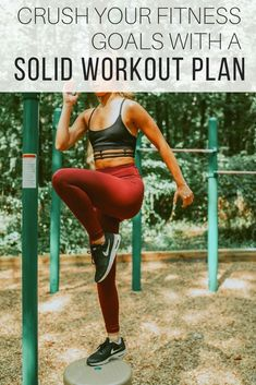 Workout plan for the new year from The Wardrobe Stylist. A workout plan for women and men, including a free workout planner printable to lose weight at home. Fitness tips to achieve goals. #Fitness #Workout #Exercise #NewYear