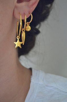 • Vermeil hoops in 3 different sizes and charms • Choose your favorite charm : - Gold star charm - Gold spike charm - Gold sphere charm - Gold triangle charm - Gold cz evil eye charm • Choose your favorite hoop size : - Small (0.5 diameter) - Medium (0.8 diameter) - Large (1.1