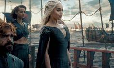 Com saudade de 'Game of Thrones'? Sétima temporada deve ser adiada - Jornal O Globo -   Daenerys Targaryen  Finalmente, pelos deuses novos e antigos, finalmente partiu em direção a Westeros para retomar o Trono de Ferro. Com os Imaculados, os dothraki, três dragões e alianças com os Tyrell, Martel e Greyjoy, parece ter uma boa posição para vencer a guerra.