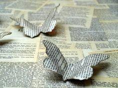 Crea mariposas de papel antiguo para decorar la habitación o hacer un bonito móvil con ellas para colgar.... son muy fáciles!
