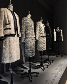 printed Coco Chanel suits for Besuche unseren Shop, wenn es ni. Estilo Coco Chanel, Coco Chanel Fashion, Coco Chanel Style, Chanel Tweed Jacket, Chanel Style Jacket, Dress Chanel, French Fashion, Vintage Fashion, Mode Chanel