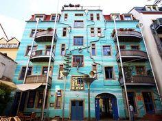 Um edifício cantador: Projeto situado na cidade de Dresden, na Alemanha, possui drenos e funis que transformam a chuva em melodias