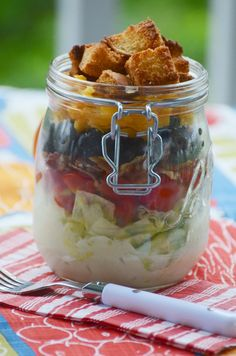 Single serve wedge salad in a jar easy mason jar meals for the person on the go Mason Jar Lunch, Mason Jar Meals, Meals In A Jar, Canning Jars, Best Salad Recipes, Healthy Recipes, Jar Recipes, Healthy Meals, Healthy Food