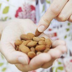 Een dagelijkse portie noten houdt je gezond. Dat blijkt uit grootschalig onderzoek, uitgevoerd aan de Universiteit van Maastricht. Piet Van den Brandt, Professor Epidemiologie, leidde het onderzoek bij 120.000 Nederlandse mannen en vrouwen gedurende 30 jaar. En ja, er bestaat een verband tussen de hoeveelheid noten die er dagelijks worden geconsumeerd en de bescherming tegen … Continued