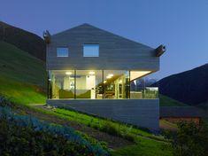Haus am Hang Beleuchtung mit bodentiefen Fenstern