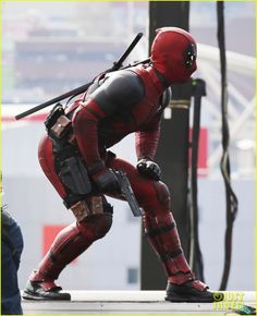 Ryan Reynolds's Full 'Deadpool' Suit Gets Pictured on Set!: Photo Ryan Reynolds (or one of his body doubles) suits up in the Deadpool suit and performs some stunts while filming scenes for the upcoming action movie on Monday (April… Deadpool Movie 2016, Deadpool Love, Deadpool Mask, Deadpool Costume, Deadpool Stuff, Deadpool Wolverine, Deadpool Images, Deadpool Pictures, Wade Wilson