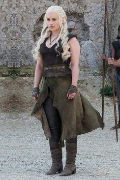 Эволюция костюмов Дейенерис Таргариен в сериале Игра престолов   7Королевств Game Of Thrones Outfits, Game Of Thrones Dress, Arte Game Of Thrones, Daenerys Targaryen Dress, Game Of Throne Daenerys, Khaleesi, Emilia Clarke, Narnia, Deanerys Targaryen