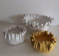 céramiques émaillées jaunes et blanches