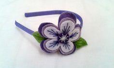Tiara com flores de feltro, bordada à mão. As meninas vão amar. Perfeita para decorar a cabecinhas das meninas. Tons de cores podem variar de acordo com disponibilidade. R$ 12,00