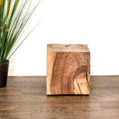 Ein Holzklotz oder Nachttisch aus einem Nussbaum. Dieser ist auch in anderen Holzarten der Schweiz erhältlich. Home, Wood, Art Projects, Types Of Wood, Nightstand, Old Wood, Wood Ideas, Ad Home, Homes