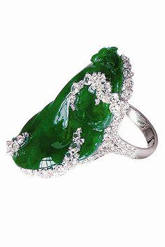 Sortija de jade con oro blanco de 18 quilates y pavé de diamantes, de Avakian.