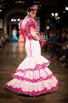 Pepe Fernández apuesta este año por el traje de flamenca desde sus comienzos, una vuelta a unos cánones y unos orígenes sin dejar de asomarse a lo moderno. En cuanto a los tejidos encontramos telas nobles como sedas, terciopelos devorados, linos, gasas, encajes utilizando una amplia gama de colores. El desfile en la pasarela We … Jose Fernandez, Harajuku, Chic, Dresses, Style, Fashion, Long Evening Dresses, Victorian Dresses, Chiffon