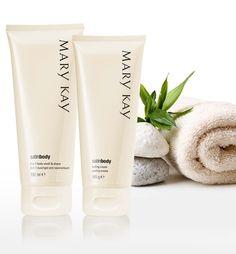 Primeiro, esfoliação da pele do corpo para eliminar qualquer textura ressecada. Depois, limpeza que facilita a depilação e dá sensação de frescor.