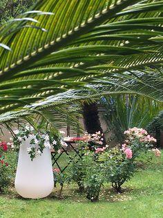 Boteri - #outdoorlamps  #garden #green #white #vase LED