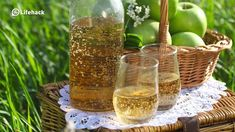 Do you have apple cider vinegar in you kitchen pantry? Did you know that it has many uses and benefits beyond its most well-known purpose? Home Health Remedies, Natural Home Remedies, Herbal Remedies, Apple Cider Vinegar Benefits, Honey Benefits, Health Benefits, Vinegar Uses, Natural Medicine, Natural Health