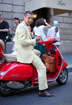 lovely-light-colored-suit-red-vespa-italian-style-streetstyle.jpg 682×1,000 pixels
