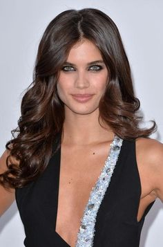 Sara Sampaio's dark eyeliner and taupe eyeshadow