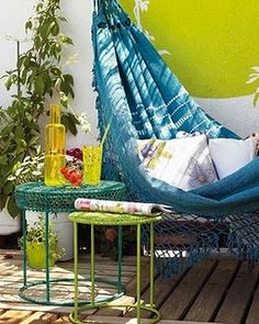 Love this hammock and the peacock colour combo.....very summery