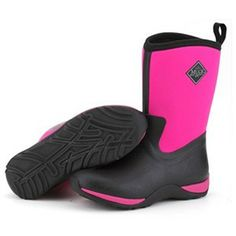 The Muck Boot Arctic Weekend in Hot Pink is the shorter version of the muck loved Arctic Adventure Muck Boot and being half the height it is much more comfortable for use during the summer months.