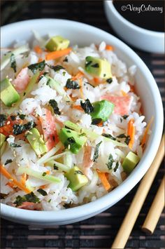 These Sushi Slacker Bowls are California Rolls deconstructed - all the ingredients, but served in a bowl, without the rolling. But just as yummy! Sushi Recipes, Seafood Recipes, Asian Recipes, Cooking Recipes, Healthy Recipes, Ethnic Recipes, Onigirazu, Sushi Bowl, Sushi Sushi