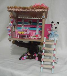 Sylvanian families decorated girls tree house with tea party and cakes: Crafts For Kids, Arts And Crafts, Diy Crafts, Sylvanian Families House, Popsicle House, American Girl Store, Fairy Tree Houses, Toy Display, Cute Toys